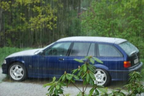 Nattis bil vit av hagel